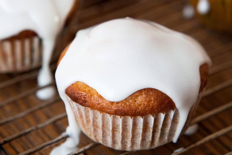Skinny lemon cupcakes with drizzly icing